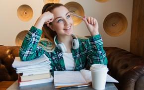 Картинка взгляд, девушка, лицо, улыбка, стол, комната, книги, ручка, рубашка, тетрадь