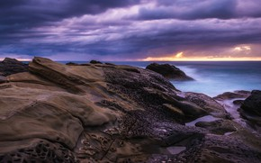 Картинка море, облака, пейзаж, природа, камни, пасмурно, скалы, сиреневый, берег, вечер, горизонт, холм, рельеф, облачно, сиреневое, ...