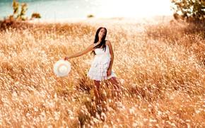Картинка лето, трава, девушка, поза, улыбка, настроение, платье, луг, шляпка, Деян Романов, Василена