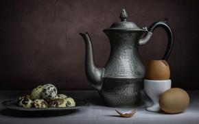 Картинка темный фон, стол, стена, еда, яйца, завтрак, тарелка, посуда, кувшин, натюрморт, скорлупа, композиция, металлический, перепелиные, …