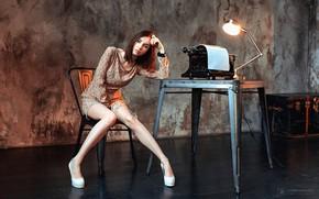 Картинка взгляд, поза, стол, стены, модель, лампа, портрет, макияж, фигура, платье, прическа, туфли, печатная машинка, шатенка, …