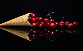 Картинка вишня, отражение, ягоды, красные, рог изобилия, черный фон, россыпь, рожок, блестящие, черешня, композиция, сочные, вафельный
