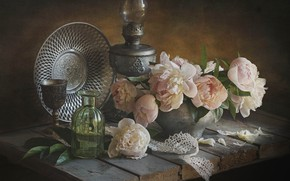 Картинка цветы, доски, лампа, лепестки, горшок, натюрморт, кружево, пионы, блюдо, бутыль, Лионелла Зимина