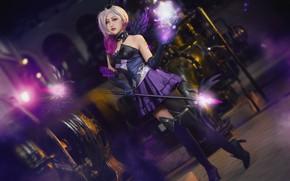 Обои фиолетовый, взгляд, энергия, девушка, огни, поза, стиль, оружие, фон, магия, ноги, темный, крылья, техника, чулки, ...
