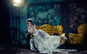 Картинка девушка, диван, модель, интерьер, кресло, платье, мода, студия