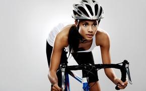 Картинка девушка, велосипед, фон, спорт, майка, брюнетка, руль, шлем, фитнес, спортсменка, лосины