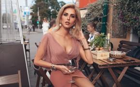 Обои взгляд, девушка, стиль, вино, модель, бокал, кафе, ресторан, Roma Roma, Оксана Стрельцова, поза. декольте