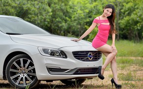 Картинка взгляд, улыбка, Девушки, азиатка, красивая девушка, белый авто, VOLVO, красивое платье, позирует над машиной