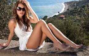 Картинка море, солнце, пейзаж, секси, поза, модель, портрет, макияж, фигура, платье, очки, прическа, туфли, шатенка, ножки, …