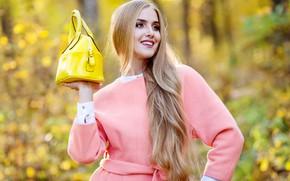 Картинка осень, листья, солнце, деревья, поза, улыбка, парк, фон, портрет, макияж, прическа, блондинка, сумка, красотка, пальто, …