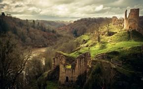Обои осень, лес, облака, деревья, горы, река, замок, пасмурно, холмы, холм, руины, средневековье, водоем, разрушенный, старинный
