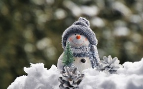 Картинка зима, снег, улыбка, праздник, шапка, игрушка, шарф, Рождество, Новый год, снеговик, ёлочка, шишки, фигурка, боке, …