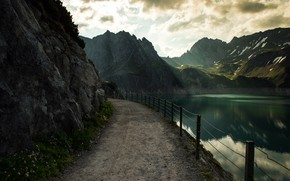 Картинка дорога, облака, свет, горы, берег, вершины, забор, ограждение, дорожка, водоем