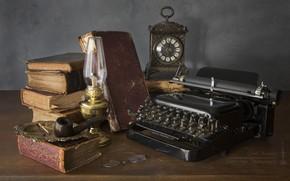 Картинка часы, книги, лампа, трубка, очки, печатная машинка, натюрморт