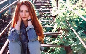 Картинка взгляд, солнце, поза, модель, портрет, джинсы, макияж, Alina, прическа, сидит, рыжеволосая, джинсовка, на лестнице, Diana ...