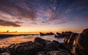 Картинка море, облака, закат, природа, камни, скалы, берег, побережье, вечер, горизонт, рельеф, каменистый, канавки, выбоины
