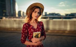 Картинка взгляд, солнце, украшения, мост, город, поза, фон, портрет, дома, шляпа, макияж, платье, прическа, книга, шатенка, …