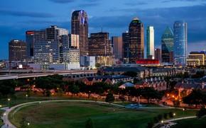 Картинка небо, облака, деревья, огни, здания, дома, вечер, фонари, США, небоскрёбы, Dallas