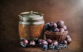 Картинка фон, виноград, деревянный, фрукты, натюрморт, россыпь, коричневый, сливы, слива, бочонок, корзиночка