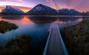 Картинка небо, трава, горы, озеро, отражение, берег, склоны, вечер, Канада, пирс, сумерки, мостик, мостки, водоем, национальный …