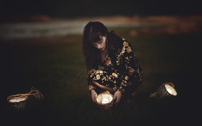 Картинка девушка, свет, темнота, платье, лампочки, корзинки, на корточках