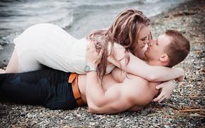 Картинка девушка, побережье, страсть, объятия, мужчина, влюбленные, лежат