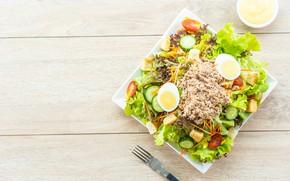 Картинка яйцо, мясо, помидоры, соус, огурцы, салат, сухарики
