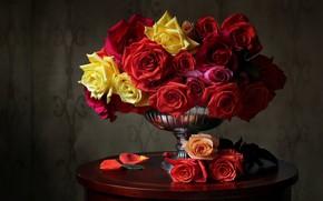 Картинка розы, лепестки, ваза, разноцветные, столик