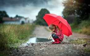 Картинка дорога, природа, дождь, зонт, лужа, девочка, непогода, плащ, ребёнок, сопожки, Radoslaw Dranikowski