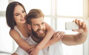 Картинка взгляд, девушка, любовь, радость, улыбка, фото, окно, пара, телефон, мужчина, влюбленные