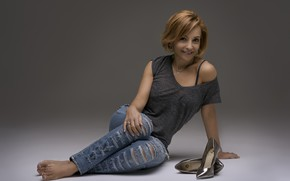Картинка поза, улыбка, джинсы, майка, туфли, сидит