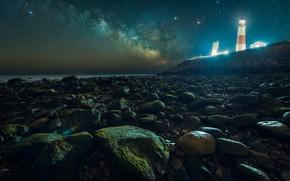 Картинка море, небо, звезды, ночь, галька, дом, камни, скалы, берег, маяк, домик, млечный путь, звездное небо, …