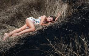 Картинка girl, Model, dress, legs, photo, blue eyes, barefoot, bokeh, lips, brunette, portrait, feet, mouth, lipstick, …
