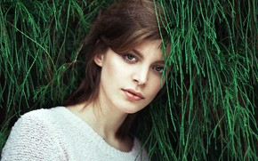 Картинка зелень, взгляд, портрет, макияж, прическа, шатенка, красотка, в белом, боке, Lara Wernet