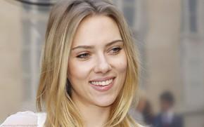 Картинка взгляд, лицо, поза, улыбка, портрет, макияж, актриса, Scarlett Johansson, певица, Скарлетт Йоханссон, фотосессия, hair