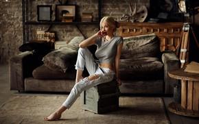 Обои Дмитрий Архар, джинсы, девушка, Катерина Ширяева, Dmitry Arhar, ящик, комната, диван, поза