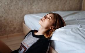 Картинка девушка, кровать, свитер, Влад Пеков