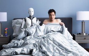 Картинка кровать, робот, ситуация, юмор, мужчина, спальня, кошмар