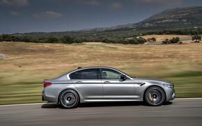Картинка небо, горы, серый, движение, растительность, скорость, равнина, BMW, профиль, седан, трек, рельеф, 4x4, 2018, четырёхдверный, …