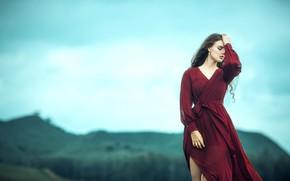 Картинка поле, небо, девушка, облака, горы, природа, лицо, поза, фон, настроение, ветер, холмы, милая, волосы, руки, …