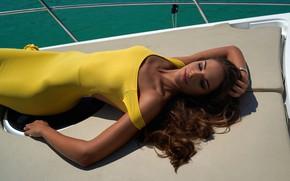 Картинка девушка, солнце, поза, модель, загар, яхта, макияж, фигура, платье, прическа, лежит, шатенка, в жёлтом, сексуальная, …