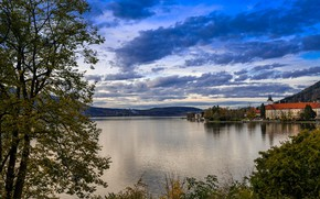 Картинка небо, облака, деревья, город, озеро, дома