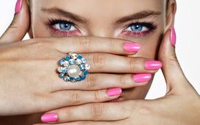 Картинка глаза, девушка, лицо, руки, кольцо, маникюр