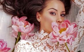 Картинка взгляд, цветы, поза, портрет, макияж, платье, прическа, лежит, шатенка, красотка, в белом, боке