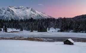 Картинка зима, лес, снег, горы, озеро, берег, вершины, Альпы, домик, снежные