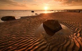 Картинка песок, пляж, небо, солнце, закат, река, камни, берег, вечер, водоем, песчаный
