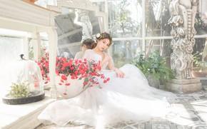 Картинка взгляд, девушка, свет, цветы, поза, окна, сад, платье, зеркало, скульптура, азиатка, сидит, невеста, помещение, оранжерея
