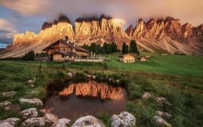 Картинка трава, облака, деревья, пейзаж, закат, горы, природа, камни, дома, Италия, водоём, луга, Доломиты