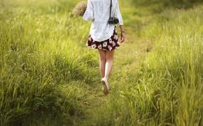 Обои девушка, цветы, ноги, тропа, фотоаппарат