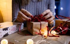 Картинка зима, праздник, коробка, подарок, руки, Рождество, Новый год, новогодние украшения, новогодние декорации